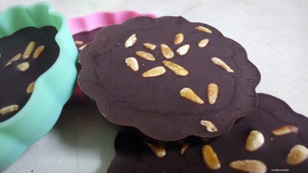 Zartbitterschokolade mit gerösteten Pinienkernen