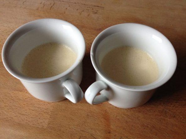 2 Tassen ordentlich mit dem Ghee einfetten und die Eiermilch reinfüllen.